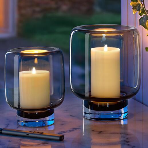 Le verre fumé à la brillance de couleur grise assure une ambiance particulièrement cosy, à la lumière chaude de la bougie.