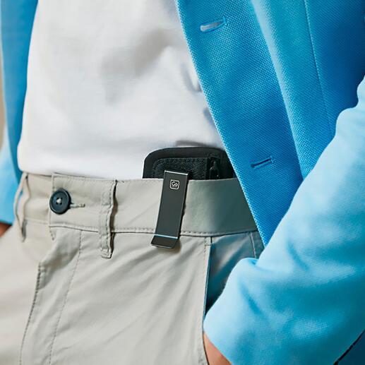 Grâce au clip pratique, la pochette passe quasi inaperçue accrochée à l'intérieur de la ceinture du pantalon ou de la jupe.