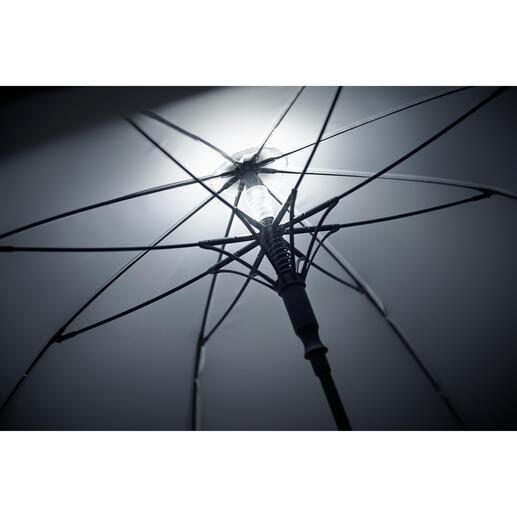La lampe s'allume et s'éteint automatiquement en ouvrant et fermant le parapluie, ou bien en appuyant sur un bouton.
