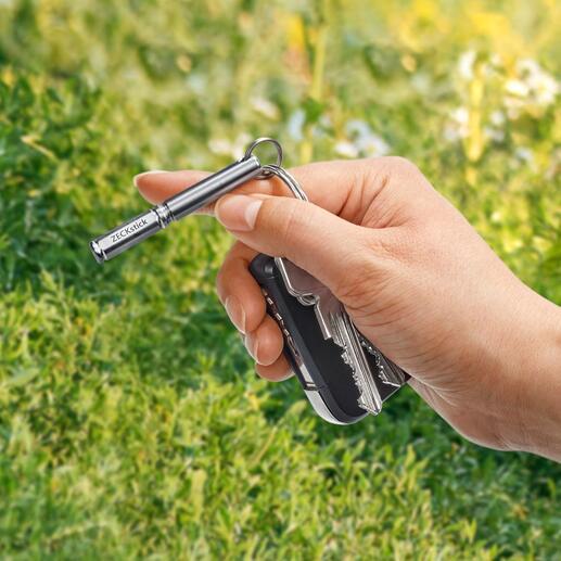 Petit format pratique qui passe partout: à votre trousseau de clés, votre sac à dos, à la boucle de votre ceinture…