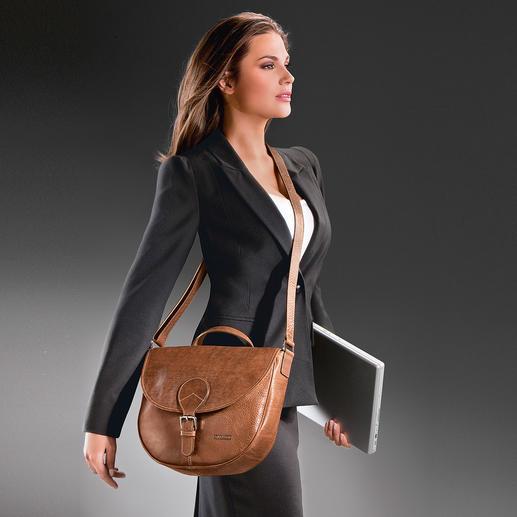 Lorsque le sac est porté sur le côté, la poche extérieure à fermeture éclair est protégée contre les pickpockets.