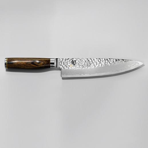 Recommandée par le célèbre cuisinier Tim Mälzer : la nouvelle ligne de couteaux à lame damassée du fabricant japonais de tradition KAI. La nouvelle ligne de couteaux à lame damassée du fabricant japonais de tradition KAI.