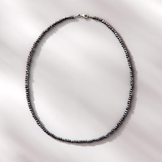 Collier spinelle Black & Black - Étincelant comme des diamants bruts de couleur noire : le fin collier de rare spinelle noir.