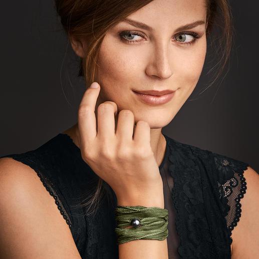 Bracelet d'amitié de luxe Pearl Style - Le bracelet d'amitié populaire. Mousseline de soie teinte à la main, ornée d'une précieuse perle de culture.