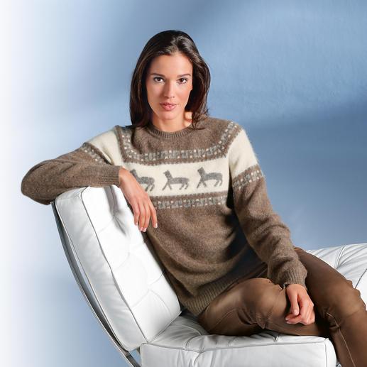 Pull pour femme en alpaga à motif rennes Le pull norvégien brodé à la main en précieux bébé alpaga. Doux comme le cachemire mais résistant à l'usure.