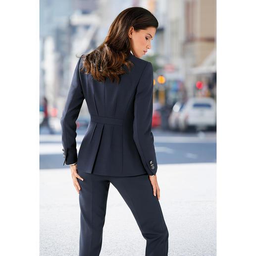 Blazer ou Pantalon d'affaires Le pantalon tailleur correct pour les affaires, mais très féminin. Une coupe moderne, près du corps.