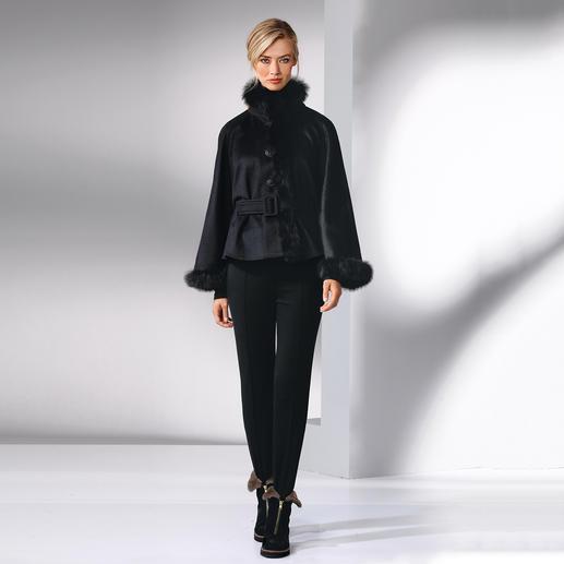 Cape en baby alpaga, noir Une pièce rare : une cape en fin baby alpaga – tissée, et non tricotée. Et bordée de rare fourrure alpaga.