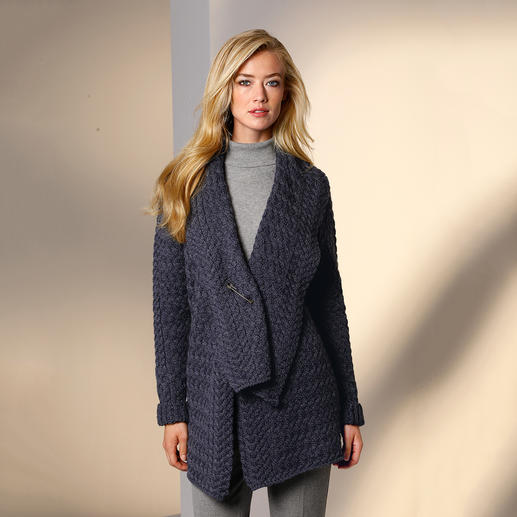 Cardigan à col châle Irelands Eye 100 % irlandais. Un atelier de tricot familial ancré dans la tradition depuis 1968. Un prix très abordable.