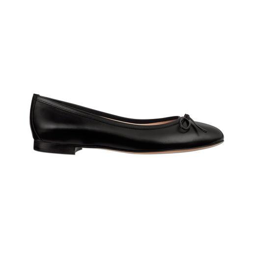 La manière particulièrement élégante de porter des chaussures plates. La manière particulièrement élégante de porter des chaussures plates. D'un confort & d'une classe sensationnels.