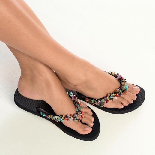 Sandale glamour à pierres synthétiques Uzurii Uzurii transforme la tong en accessoire mode glamour.
