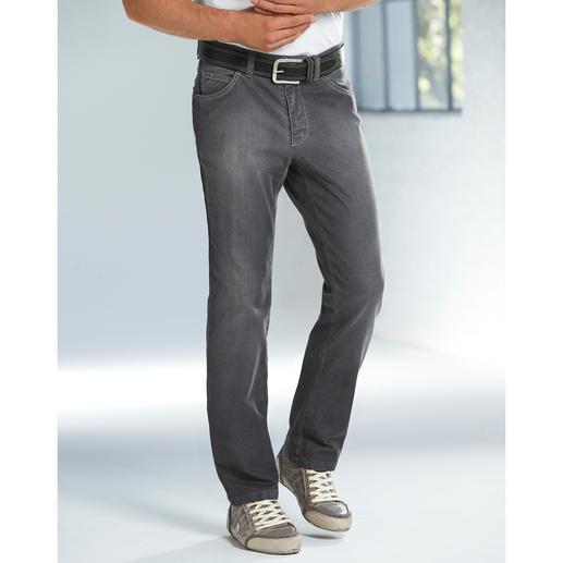 Jean grey denim Enfin un jean gris correct. Aussi facile à associer que le bleu indigo. Mais bien plus discret et plus rare.