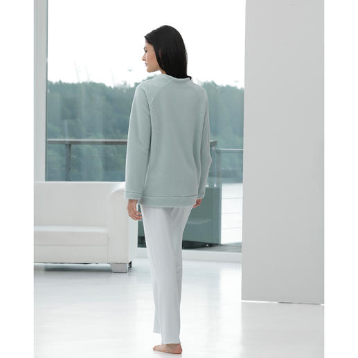 Ensemble détente moderne Loungewear tendance, coupe et mélange contemporains de matières.