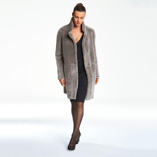 Manteau réversible en fourrure d'agneau Wunderfell, Gris argent/Grège Aujourd'hui un manteau de fourrure tendance, demain un classique intemporel en agneau retourné.
