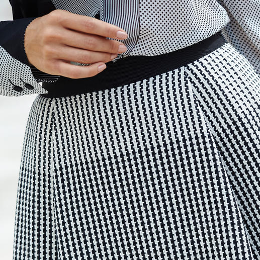 Chemisier en soie ou Jupe Strenesse « Black & White » Un ensemble parfaitement coordonné, comme on en voit peu. Cocktail réussie de motifs minimalistes.