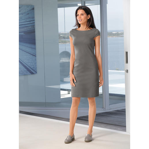 Robe fourreau Strenesse Coupe classique, épurée, couleur tendance et tissu contemporain. La robe fourreau par Strenesse.