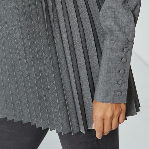 Chemisier plissé en laine vierge Tissu laine vierge non froissable. Bel aspect plissé, très original.