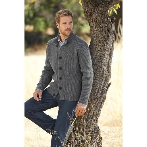 Veste raglan en tricot Fisherman Style rustique, réinterprété au goût du jour. Avec empiècement épaules intégré. Par Fisherman out of Ireland.