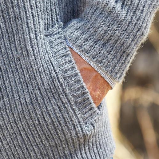Veste raglan en tricot Fisherman Style rustique, réinterprété au goût du jour. Avec empiècement épaules intégré.