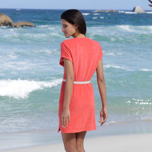 Robe en éponge fine Pluto Une élégante robe en éponge fine, pour la plage, le spa, les instants de détente à la maison ... Par Pluto.