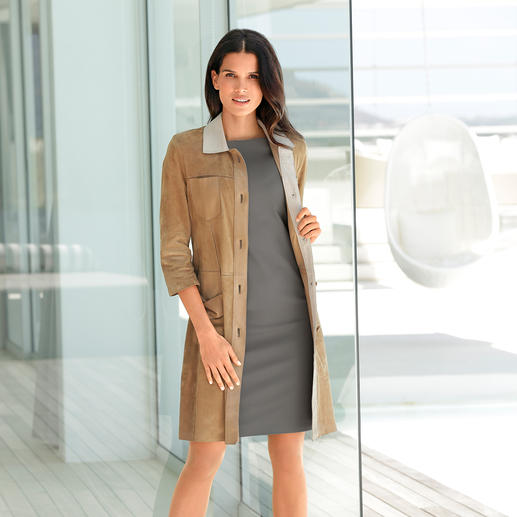 Manteau en cuir chevreau velours Douceur extrême du cuir chevreau velours. Un poids plume de 580 grammes aux multiples facettes.