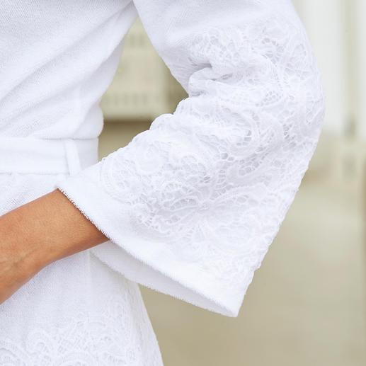 Peignoir Pluto en dentelle Aussi pratique qu'un peignoir confortable. Aussi élégant qu'une robe de chambre féminine. Par Pluto.