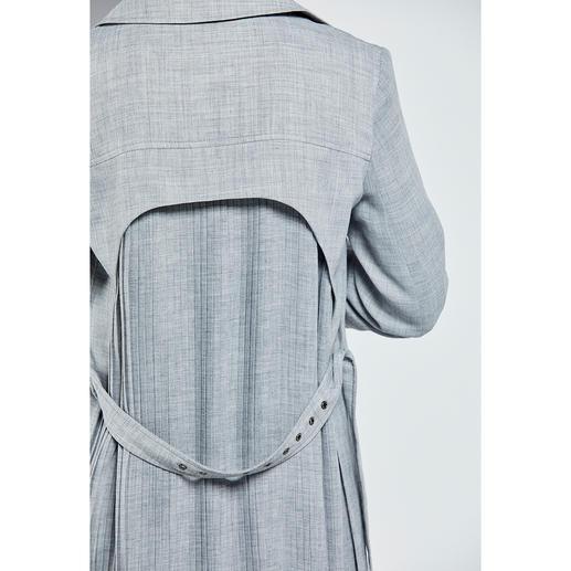Trench-coat ou Jupe plissé Strenesse Un duo rare et précieux : l'association classique à la petite touche de peps tendance. Vu chez Strenesse.
