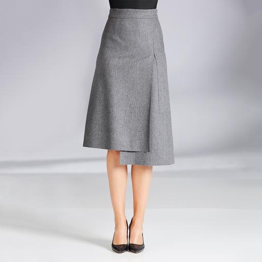 Jupe en flanelle Les Copains Les Copains revisite la jupe en flanelle grise. Belle longueur midi, style portefeuille et effet asymétrique.