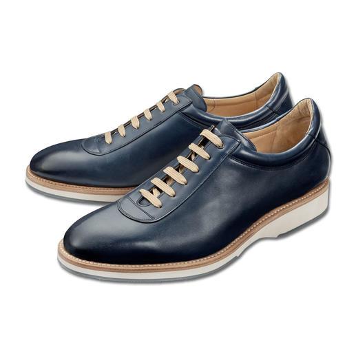 La sneaker élégante, à couture trépointe soignée, façon chaussures habillées. La sneaker élégante, à couture trépointe soignée, façon chaussures habillées.