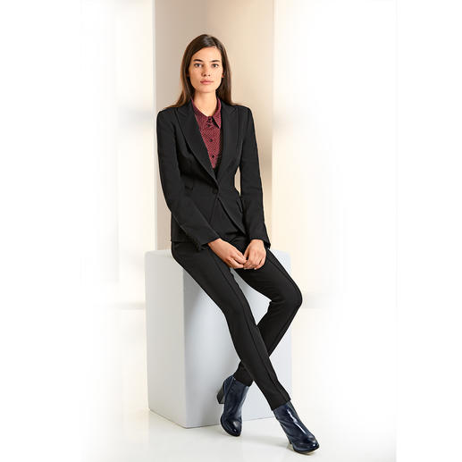 Blazer et pantalon tailleurs ou Robe Plein Sud Jeanius Le pantalon tailleur en luxueux jersey de viscose. De Plein Sud Jeanius, France. Une coupe ajustée féminine.