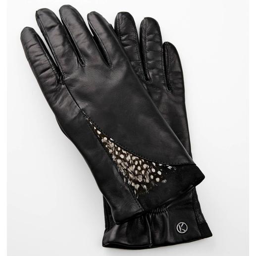 Gants en cuir et plumes Otto Kessler En direct des podiums : la tendance plumes ! Particulièrement esthétiques sur des gants en cuir fin.