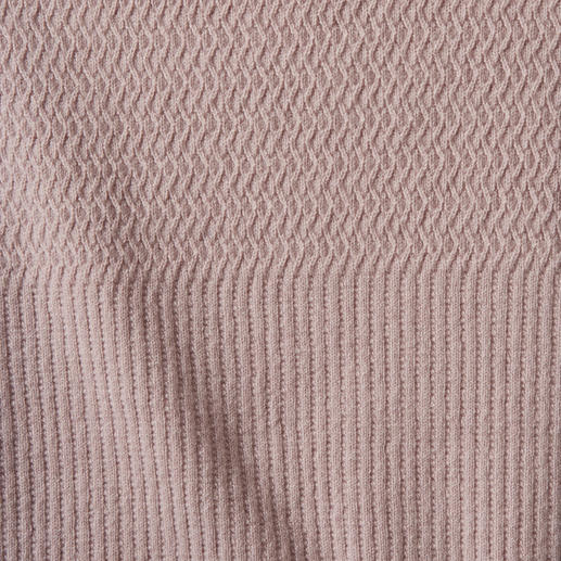 Pullover à volants Volants, mélange de motifs, tons poudre : 3 tendances – sans être criard pour autant.