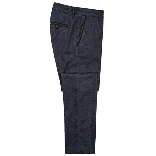 Chino au look denim Karl Lagerfeld L'alternative hivernale au jean : le pantalon chino légèrement molletonné au bel effet denim.