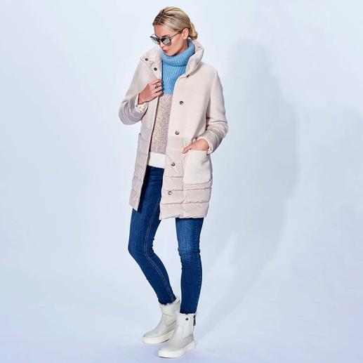 Manteau en duvet léger Seventy Duo tendance en duvet léger + laine. Actualisation à la mode : ligne trapèze, coupe longue, aspect mat, couleur blanc cassé. Par Seventy.
