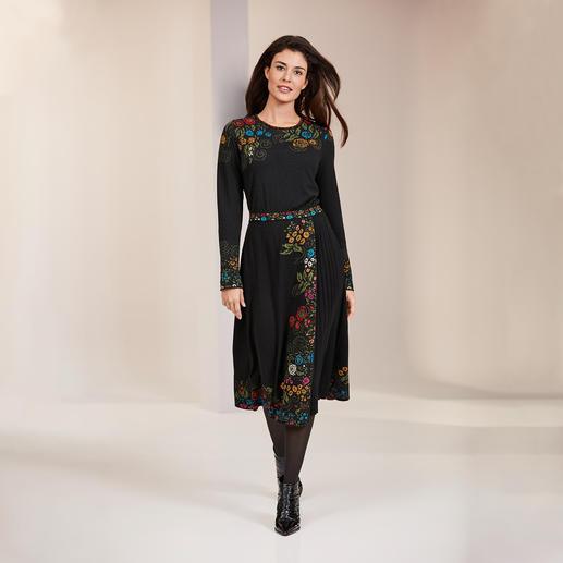 Robe en tricot jacquard Ivko Belle Epoque Une robe en tricot jacquard dans une variété extraordinaire de couleurs et de motifs. Par IVKO.