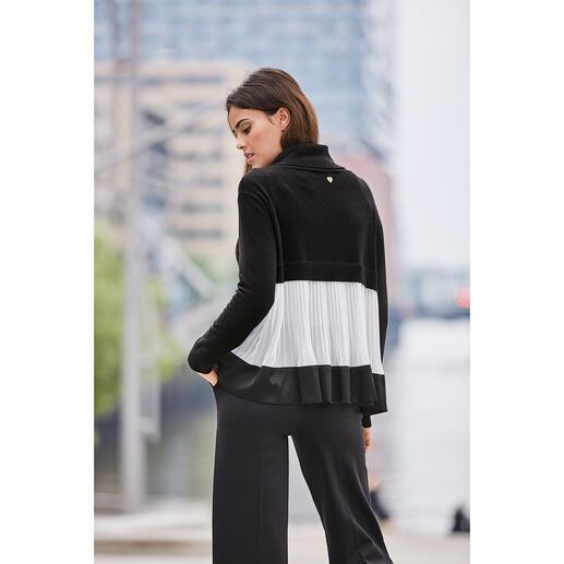 Pull à col roulé plissé TWINSET Le tricot grossier rencontre le délicat tissu plissé. Look superposé de « l'inventeur » de la rupture de style : TWINSET.