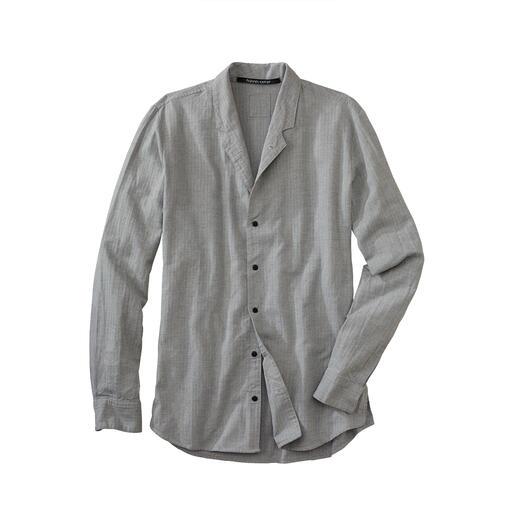 Les chemises à col montant sont très à la mode. Mais seules quelques-unes sont si bien pensées. Chaude grâce à une touche de laine. Variable grâce au col rabattable. Par Hannes Roether.