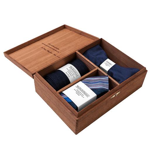 Boîte d'accessoires Gentleman's Agreement, Bleu/Blanc/Rouge La combinaison polyvalente du nœud papillon, des chaussettes et du mouchoir. De Gentleman's Agreement.